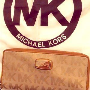 Michael Kors wallet 🧡